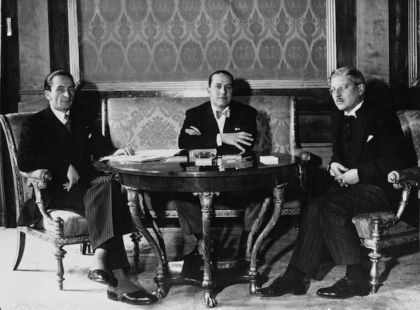 Les ministre des affaires étrangères Guido Schmidt (Autriche) et Galeazzo Ciano (Italie), et le chancelier autrichien Kurt Schuschnigg, en 1936.